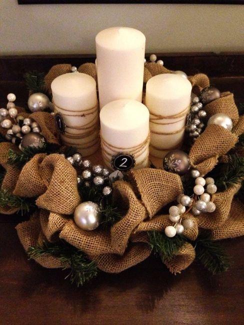 Tela de saco, unas velas y adornos navideños. Simple, pero muy decorativo este centro de navidad.