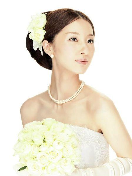ミニマムなタイトアップとノーブルホワイトのバラで装う気品あふれる王道スタイル/Side ヘアメイクカタログ ザ・ウエディング