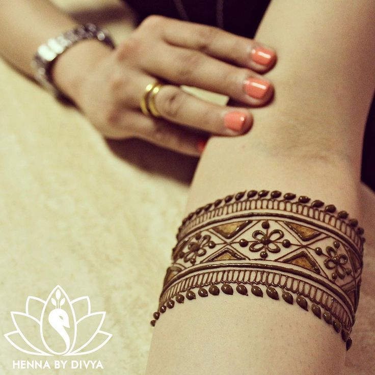 Very pretty armband patterned mehandi✖️More Pins Like This One At FOSTERGINGER @ Pinterest✖️ Safety : Tattoos labeled black or pre-mixed henna may contain harmful silver nitrate, carmine, pyrogallol, disperse orange dye and chromium.