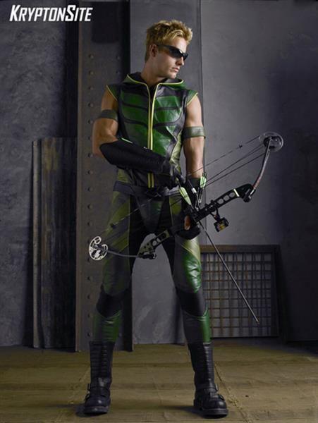 Желто черно зеленый костюм супергероя