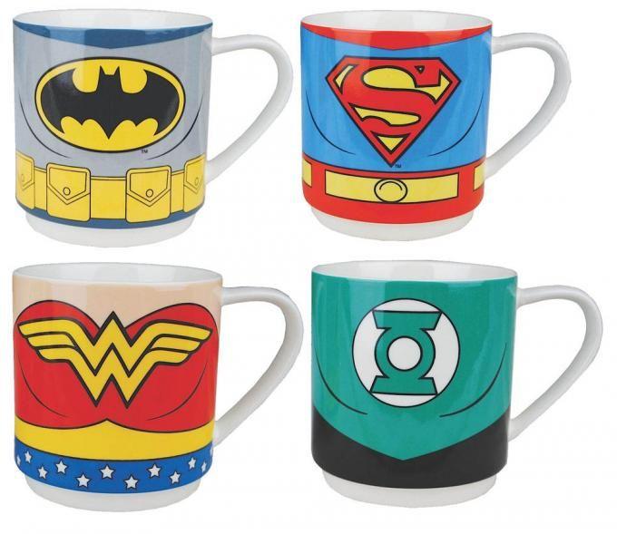 Pack 4 tazas La Liga de la Justicia. DC Cómics  Estupendo pack de 4 tazas formado con los logos de los 4 principales integrantes super héroes de La liga de la Justicia muy populares en las historietas de los DC Cómics.