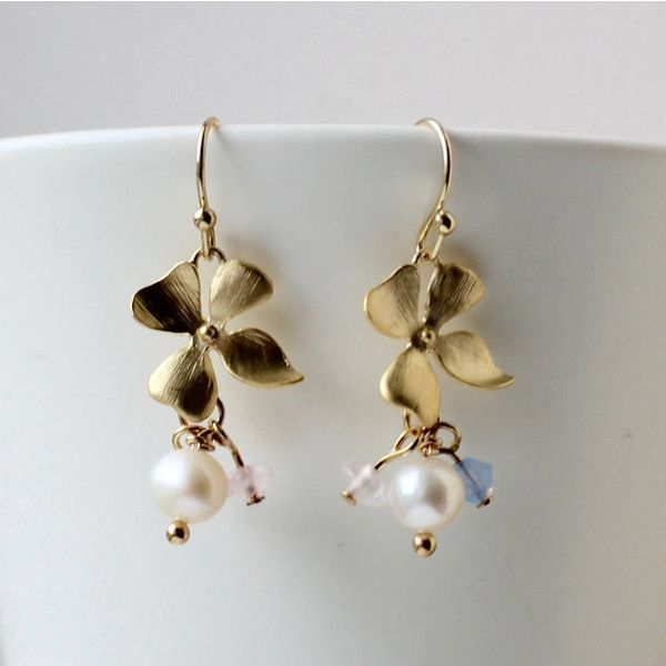 Gold hydrangea flower and pearl charm earrings romantic, bridal... (11.150 HUF) ❤ liked on Polyvore featuring jewelry, pearl jewellery, flower jewelry, gold charms, charm jewelry and pearl jewelry