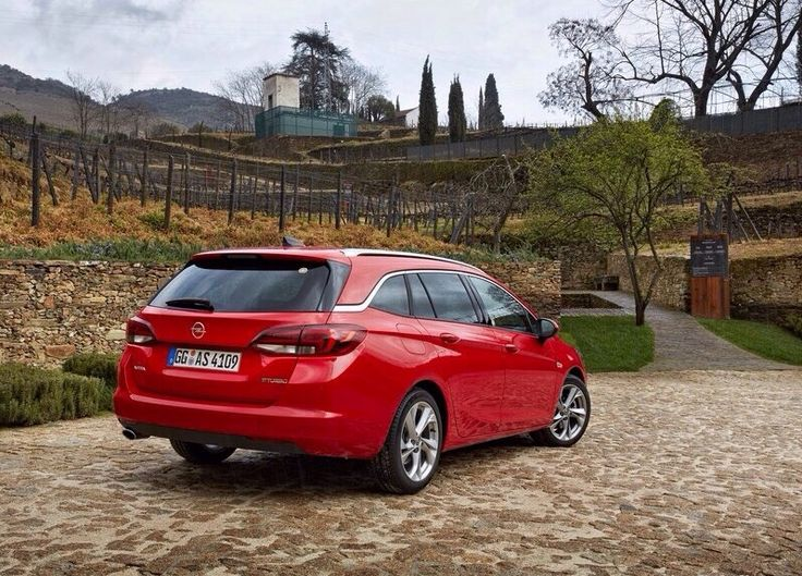The big rival, the Opel Astra Sports Tourer Gen.5 .The