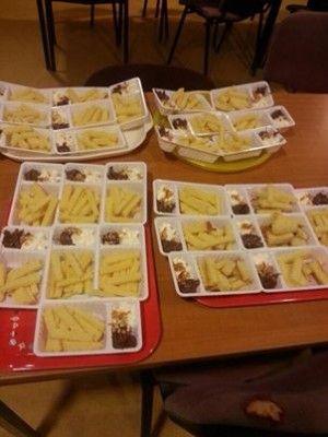 traktatie  Cake gesneden als patat, slagroom als mayo en chocopasta als pinda saus.  Voor 21 kinderen hebben 2,5cake gebruikt.  De kinderen vonden het geweldig.