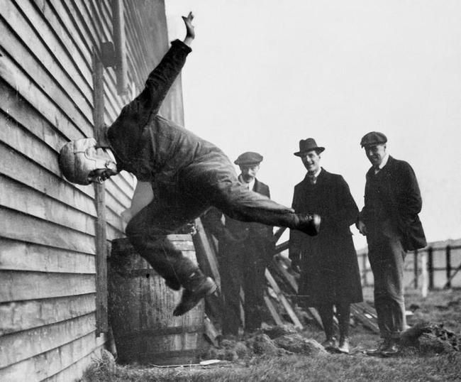 Un hombre probando un prototipo de casco de fútbol americano (1912)