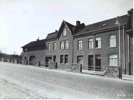 Akerstraat, ter hoogte van de Burg. Waszinkstraat te Heerlen  Rechts was vroeger een winkeltje.(snoep)?