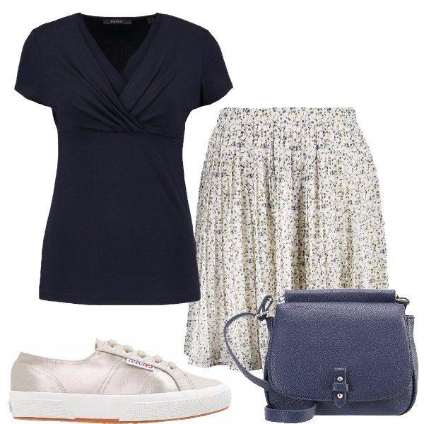 Outfit+composto+da+gonna+ampia+con+microfantasia+floreale,+t-shirt+blu+a+maniche+corte+con+incrocio+sul+seno,+sneakers+Superga+color+oro+e+tracollina+blu.