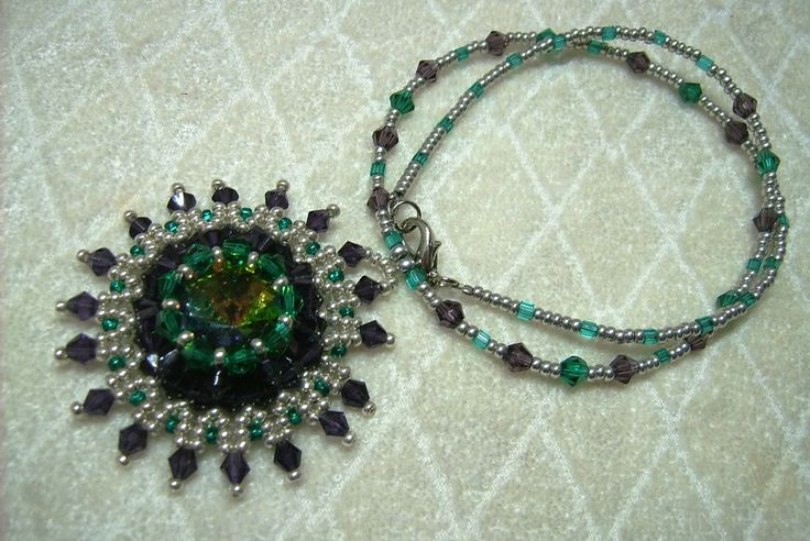 Zöld, padlizsán lila és ezüst színű medálos nyaklánc. Ára: 1650.-Ft.