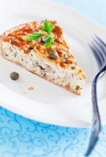 Disposer la pâte brisée au fond d'un plat à tarte et la piquer.