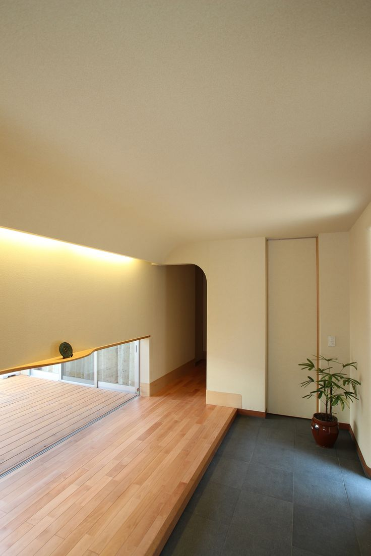 中庭に面した地窓から光が射し込む。 天井のコーナーをアールにして、間接照明を仕込んでいます。 床材はサクラの無垢板、土間は御影石。この写真「玄関ホール」はfeve casa の参加建築家「奥田敦/ATS造家建築設計事務所」が設計した「上桂の家(高齢者のための中庭のある平屋住宅)」写真です。「平屋 」カテゴリーに投稿...