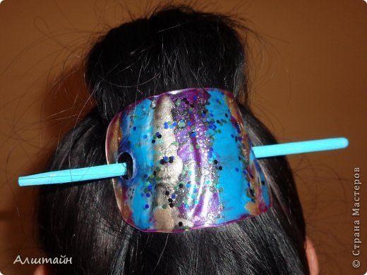 Мини мастер-класс. Наступил пляжный сезон и понадобилась мне водостойкая заколка для волос. Для её создания использовались: - пластиковая поллитровая бутылка; - лаки для ногтей (с блёстками; светлый; тёмный; перламутровый); - палочка для еды; - акриловые краски (белая и голубая); -свеча.  фото 2