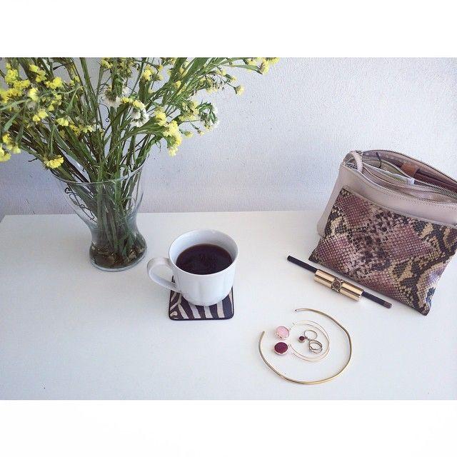 Чашка кофе после утреннего мэйкапа