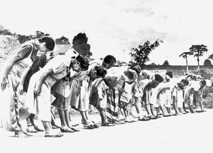 Op de foto zien we gevangen van het jappenkamp in Indonesië tijdens de Tweede Wereld Oorlog. Gevangen moesten vaak urenlang in de brandende zon buigen voor de Japanners zoals op de foto is te zien. Ik heb het gevoel dat we te weinig weten over de vele (Nederlands-Indische) gevangene, waaronder mijn oma en haar familie. Deze ervaring heeft haar ondanks alles een hele sterke vrouw gemaakt en zij heeft mij dan ook geleerd dat waar een wil is, ook een weg is. - Sammy Rose