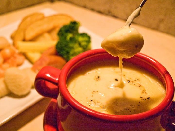 下北沢の「Blikje button(ブリキボタン)」は、すべてがソファー席の居心地よいカフェ&ダイニング。チーズフォンデュやタルトフランベといったフランス家庭料理を中心に、自家製キッシュやパテのプレートランチ、スイーツ、お酒を味わいながらゆったりと過ごせます。
