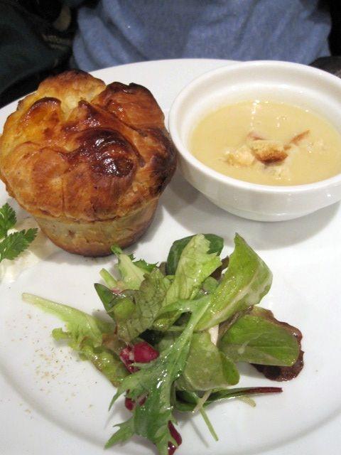 セラヴィーナガノ - 温かいスープ ヒヨコマメのスープ  前菜 ・ 黒ツブ貝 小海老 モツァレラチーズのパイ詰め焼き