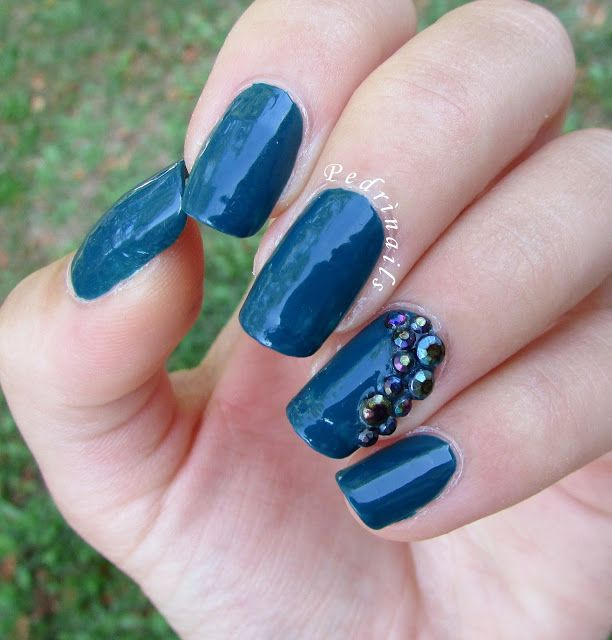 Elegant bold green accent nails with rhinestones (colorful nail studs) in review: ruota di gemme multicromatiche di Lady Queen + doppia nail art...con sorpresa!