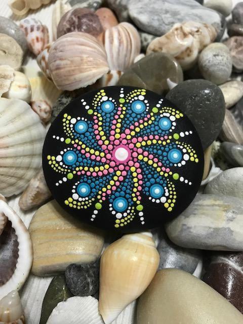 Mandala hermoso pintado a mano la piedra Dotilism punto