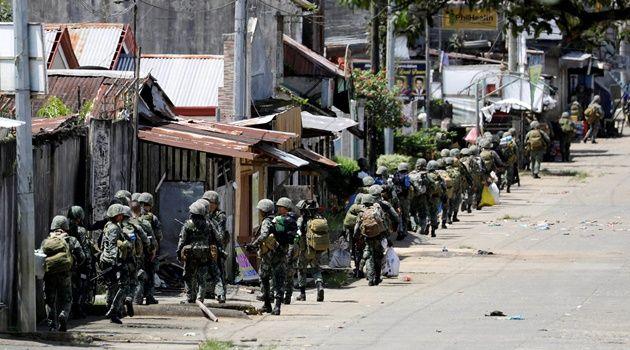 Beritaragam.com -Situasi di Marawi, Filipina semakin mencekam. Kelompok militan Maute yang berafiliasi dengan ISIS disebutkan tak segan menyandera warga dan memaksa mereka bergabung atau bahkan menjadi budak seks.   #Beritaragam #Filipina #Jasad #Marawi #Militer