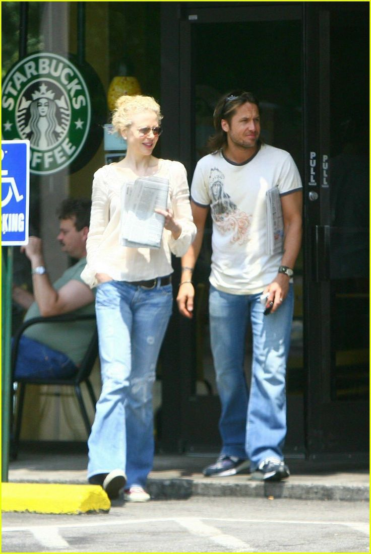 Nicole Kidman & Keith Urban Back in Nashville. Nicole tops off her denim and cotton outfit with the sparkle of a pair of diamond earrings. Perfect!