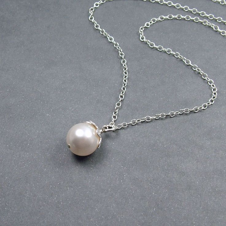 single Pearl necklace. love.: Simple Jewelry, Single Pearls Necklaces, Pearls Girls, Bridesmaid Gifts, Pearls Simple, Wedding Necklaces, Pearls Pendants, Shoes Accessories, Simple Pearls