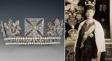 A gauche : Le diadème en diamant – Rundell, Bridge and Rundell, 1820, A droite : La reine Mary portant les diamants Cullinan I et IV à l'ouverture du parlement en février 1911, détail – W&D Downey, 1911 © The Royal Collection, 2011, Her Majesty Queen Elizabeth II