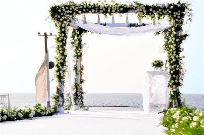 Qu'est-ce que la Houppa ?  Le mot 'Houppa' signifie en hébreu protection, c'est le dais nuptial sous lequel a lieu la cérémonie du mariage. Elle est constituée d'un tissu soutenu par quatre piliers fixés au sol ou tenus par quatre personnes. La Houppa symbolise le nouveau foyer que s'apprête à fonder le couple. Elle est ouverte des quatre côtés, incitant le couple à ne pas oublier d'être hospitalié dans sa nouvelle demeure. En bref, c'est l'occasion de faire quelque chose qui vous ressemble…