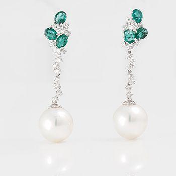 ÖRHÄNGEN, ett par, med briljantslipade diamanter ca 0.70 ct, fasettslipade smaragder ca 1.50 ct och odlade pärlor.