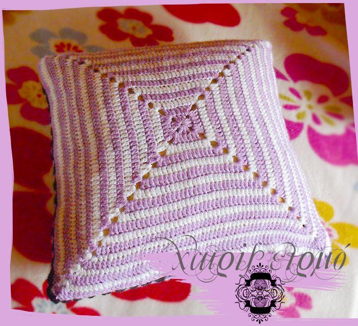 Λευκό-λιλά μαξιλαράκι καναπέ πλεκτό με βελονάκι