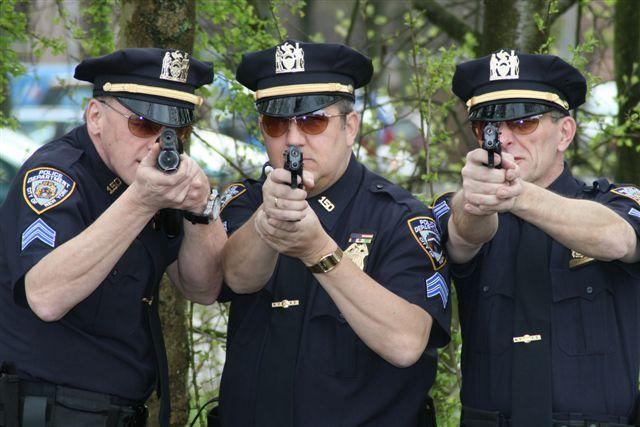 Deze 3 agenten werden opgebeld door Jay, ze maakten meteen aantekeningen van het doek die Lynn had gevonden in de schuur. Ze zoeken naar een mogelijke dader die dit zou kunnen gedaan hebben.