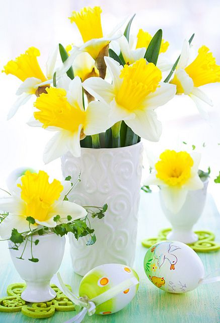 Timelessly beautiful Easter display of sunny daffodils and adorably illustrated eggs. #Easter #flowers #spring #eggs #decor #decorations #daffodils