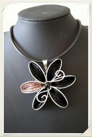 Collier ras de cou fleur en capsules Nespresso recyclées. Collier fleur noir et rose composée de 7 capsules. Tour de cou buna corde: diamètre 39cm Chaque pièce est unique.  - 16072538