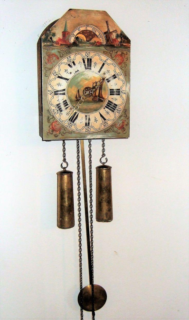 Mooi vintage uurwerkje. Klok heeft een beschilderde wijzerplaat. Perfect lopend 8 daags uurwerk met 2 gewichten Klokje heeft een maanstand, Hoog 80 cm. Breed 25 cm. www.goemansmeubelen.nl