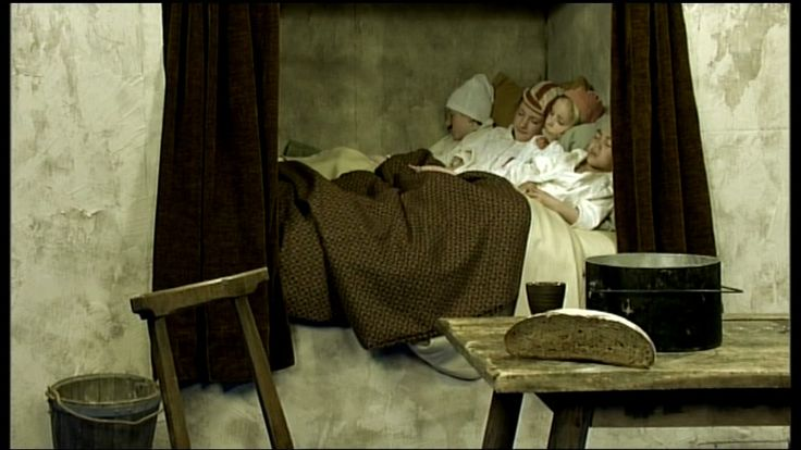 De geschiedenis van het slapen - van de prehistorie tot nu - Mensen slapen gemiddeld 8 uur per nacht. Maar we lagen niet altijd in een lekker zacht, warm bed! Hoe ging dat vroeger bij de Egyptenaren en de Romeinen bijvoorbeeld?