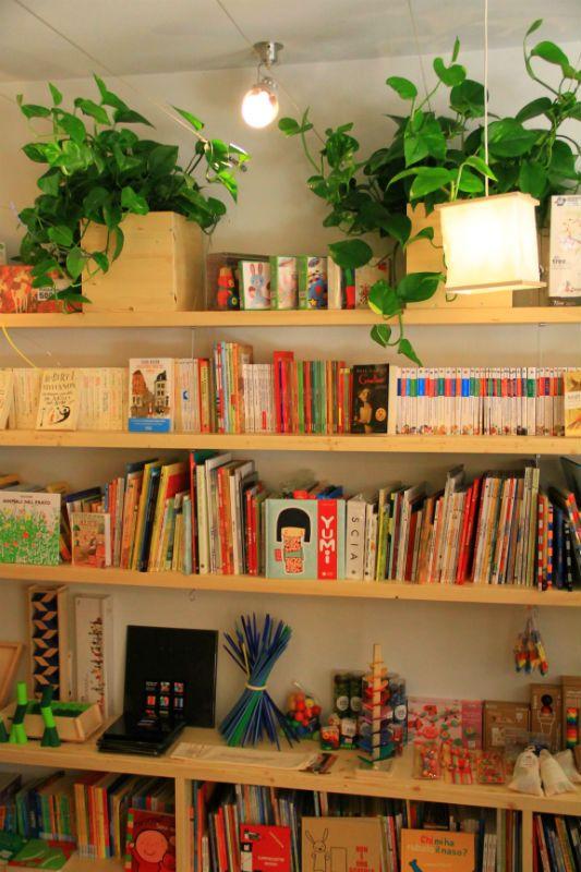 Libri, libri e libri (e piante e giocattoli) #books #libri #giochi #toys #bambini #libreria #arredamento #furniture #legno #wood #carpi
