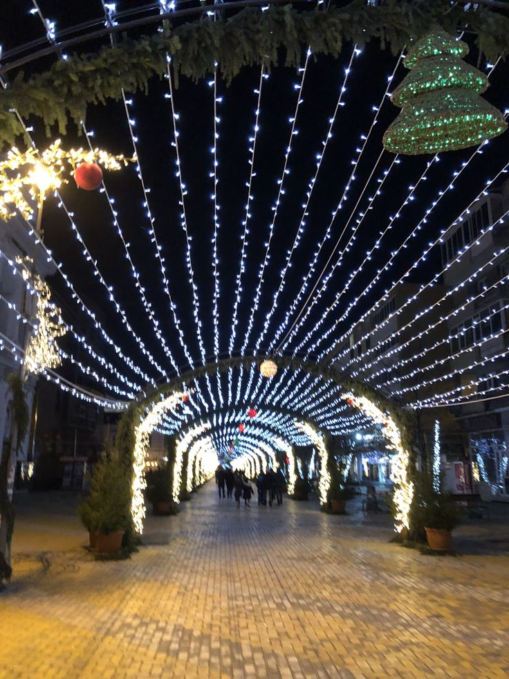 Christmas lights in Pitești 🎄🎅🏻🎄  #piteşti #pitesti #romania #craciun #christmas #xmas #lights #luminite #luminidecraciun #christmastime #sarbatori #romania #romaniafrumoasa #craciunfericit #magie #frumos #haiafaralazapada #haiafaralafrumos #aiciacum #haihui #haihuiprinromania #luminidecraciun #craciunul