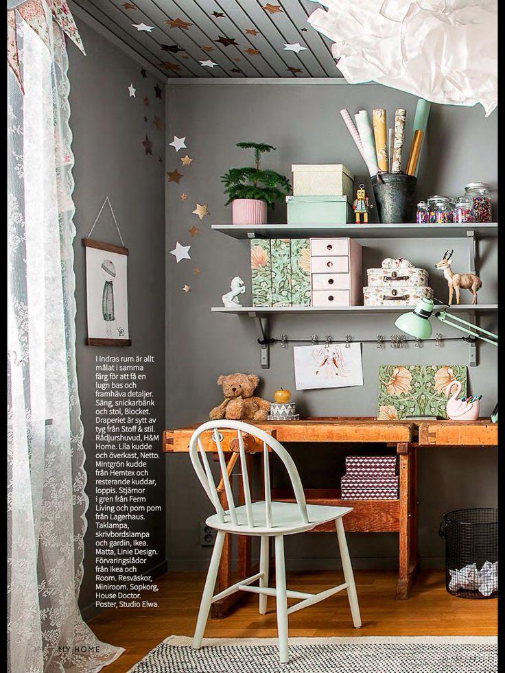 Barnrum med väggar, hyllor, lister och vägguttag inmålade i grått