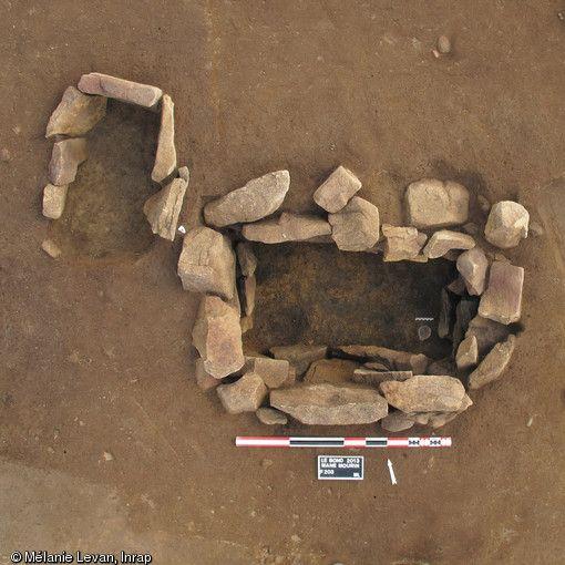 Sépulture du Bronze ancien, découverte déposé au Bono (Morbihan), 2013.  Une nécropole de l'âge du Bronze ancien (autour de 2 000 avant notre ère) a été mise au jour.