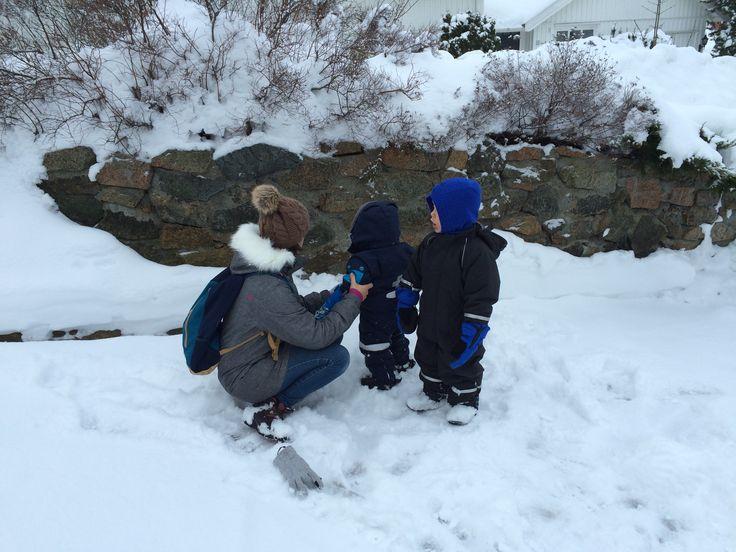 Sandefjord, Noruega Somos uma família de quatro: um pai, uma mãe e dois rapazitos giros de 1 e 4 anos de idade. Mudámo-nos para Sandefjord, Noruega, no início de 2015 e desde Agosto desse ano que os meus filhos frequentam um jardim-de-infância norueguês. Ou o chamado barnehage, como se diz por cá. Os jardins-de-infância noruegueses …