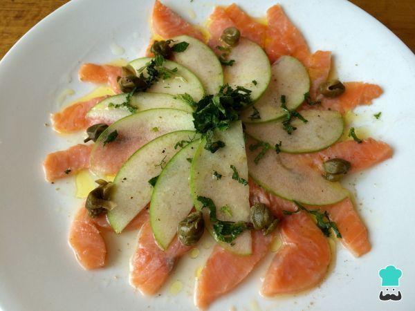 Aprende a preparar carpaccio de salmón ahumado y manzana con esta rica y fácil receta. El carpaccio es una presentación que consiste en cortes muy finos de carne que...