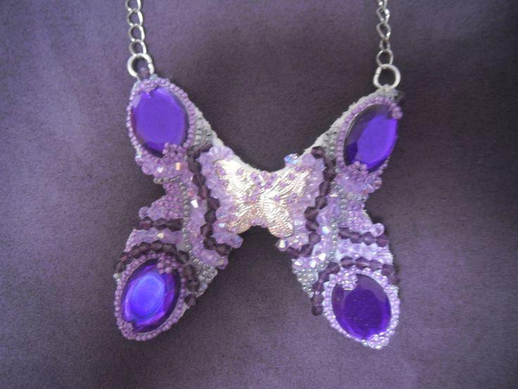 šitý náhrdelník,podšitý kožou,použité kabošony,swarowského kryštály,a rokajl
