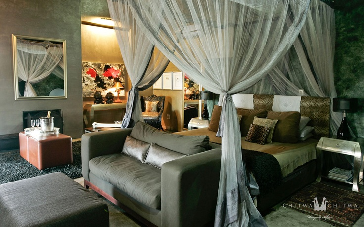 THE CHARLSY SUITE | CHITWA CHITWA 2 Beautifully appointed inter-leading en-suite rooms joined by a comfortable living area. Fabulously spacious common lake-view deck with swimming pool.