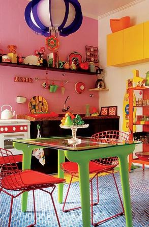 A combinação multicolorida nasceu após vários testes de tinta. A parede da bancada recebeu esmalte sintético rosa e os armários laminados, amarelo-flúor. A decoração também foi baseada em cores fortes