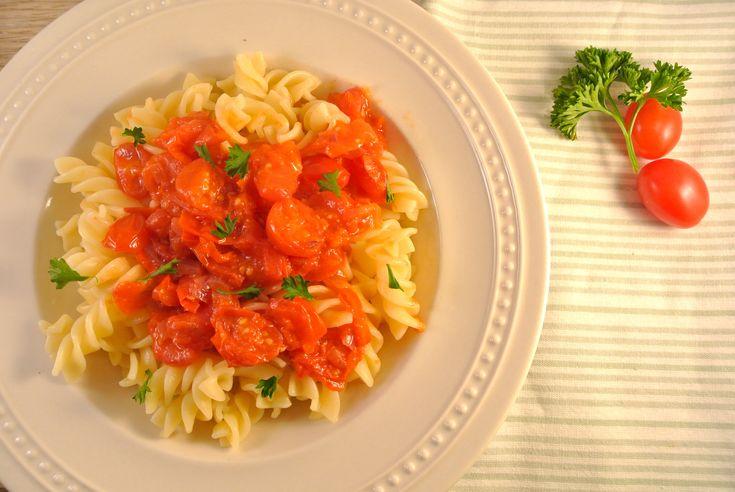 Penne all'Arrabbiata: een bekend en klassiek Italiaans pasta recept. En aangezien de Italiaanse keuken één van onze favoriete keukens is, kon dit gerecht niet ontbreken op Lekker en Simpel! Dit heerlijke pastagerecht bestaat uit een pittige tomatensaus met knoflook en ui. Tijd: 25 min. Recept voor 2 personen Benodigdheden: 150 gram pasta 1 rode peper...Lees Meer »