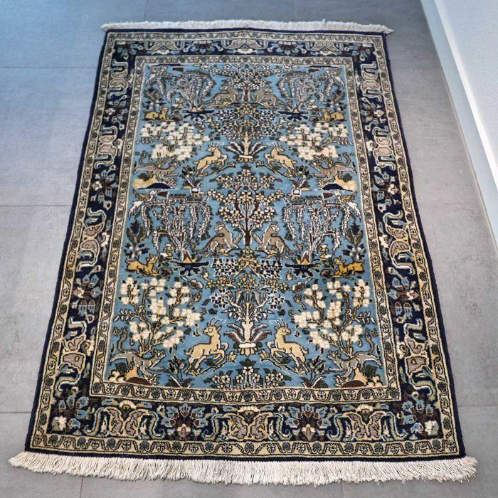 Schitterende oude Ghom dierenparadijs Perzisch tapijt - 153 x 105 - uniek design  Maak kennis met deze bijzondere Ghom. Het tapijt verkeert in goede conditie en heeft niet veel gebruikerssporen.Deze Ghom is uniek door zijn dierenparadijs design blauwe kleurstelling. Het tapijt is gemaakt van zachte wol. ZEER BIJZONDER TAPIJT  formaat van ca. 153 x 105 cm. Knoopdichtheid is ca. 500.000 kn/m2. Ghom tapijten zijn ook bekend ook bekend onder de namen: Ghom Kom Ghome Qom Qum Quom Khum…
