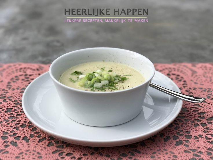 """Koolrabi en knollen-soep Zin in een lekker soepje? Deze soep zit vol """"vergeten groenten"""". Voor deze koolrabi en knollen-soep gebruik in naast de koolrabi nog venkelknol en knolselderij. Koolrabi is een knol en deze groeit niet onder maar bovengronds. Ze hebben meestal een mooie... #Knolselderij, #Koolrabi, #Sjalotten, #Soep, #Vegetarisch, #Venkel"""