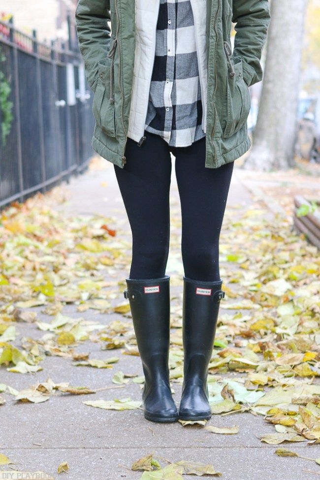 Hunter boots, leggings, and a flannel make for the perfect fall look. Love this outfit idea for a casual weekend look.
