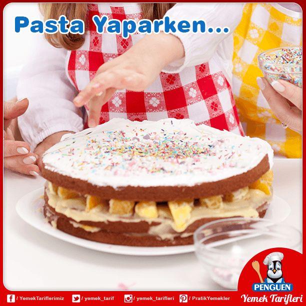 Pastaya krema süreceğiniz zaman kremanın ılık veya soğuk olması gerekir. Çünkü sıcak olan krema, pasta hamurunu yumuşatır.