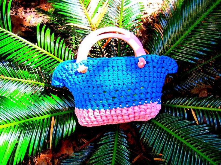 Colori alla moda il rosa ed il petrolio insieme alla sua forma per una bizzarra ma elegante borsa!   Trendy colors pink and petroleum together to form a bizarre but elegant bag!