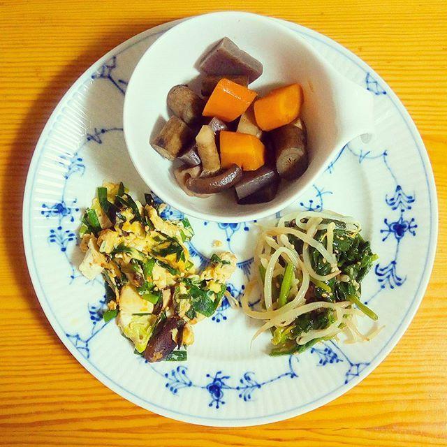 🍴筑前煮(肉はなし) 🍴もやしとほうれん草のナムル 🍴にらの豆腐の卵とじ . 肉はなしで、根菜中心のかなり地味な筑前煮になってしまいました(笑) . 💡最近ものすごく暑いですね💦 ニラは免疫を高める効果があるといわれているβカロテンがたっぷりだそう。 ニラ、色々な働きをしてくれて、かなりイケてます😁  #体をあたためる#健康#栄養#ランチ#朝ごはん#ヘルシー#野菜たっぷり#肉#おうちごはん#自炊#料理#デリスタグラマー#クッキングラム#ロイヤルコペンハーゲン#ロイコペ#テーブルコーディネート#おしゃれ#食器 #royalcopenhagen#japan #foodpics#cooking#table#tablecordinate #instafood#delicious#vegetables#healthyfood