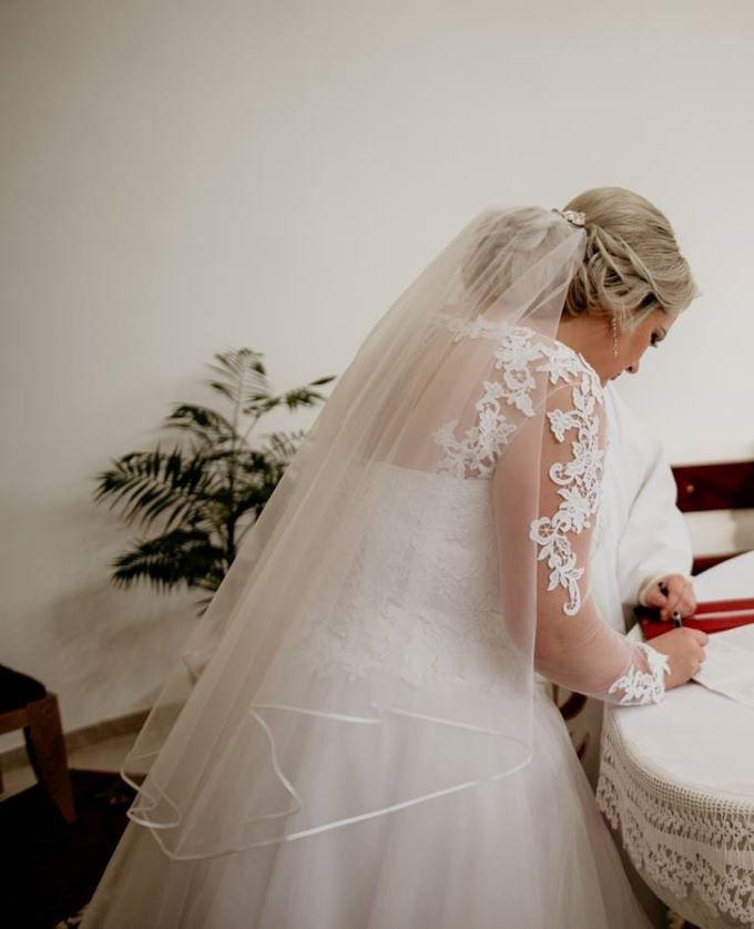 80c9cab34b6d Tieto krásne korzetové šaty s bohatou tylovou sukňou predáva nevesta  Katarína. K šatám ponúka aj čipkovaný živôtik s dlhým r…